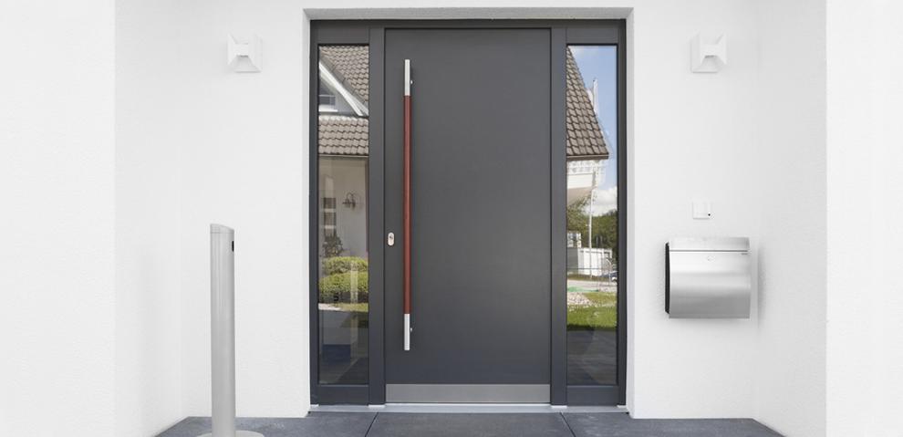 Aluminium Haustüre mit Fenster links und rechts neben der Tür