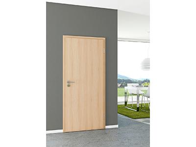 Helle Holztüren wirken besonders gut auf dunkler Wandfarbe.